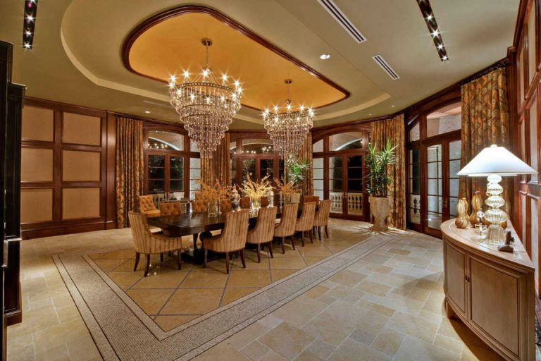 Luxurious dining room with fancy chandeliers  hotmodir.blogspot.com