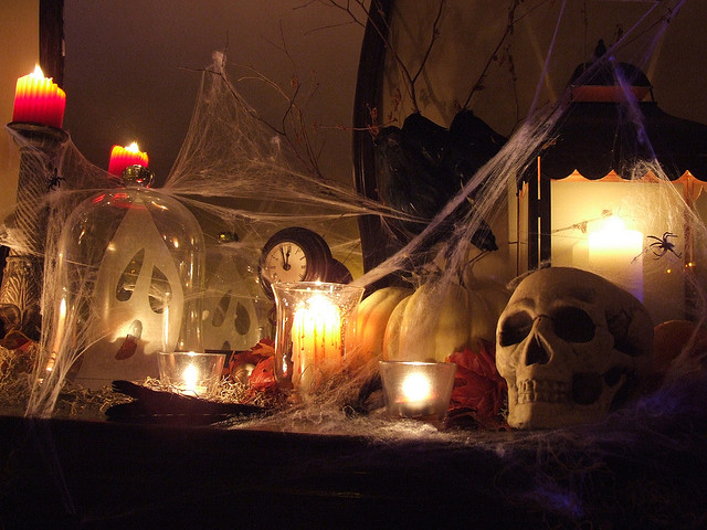 50 awesome halloween decorating ideas fireplace with skull for Awesome halloween decoration ideas