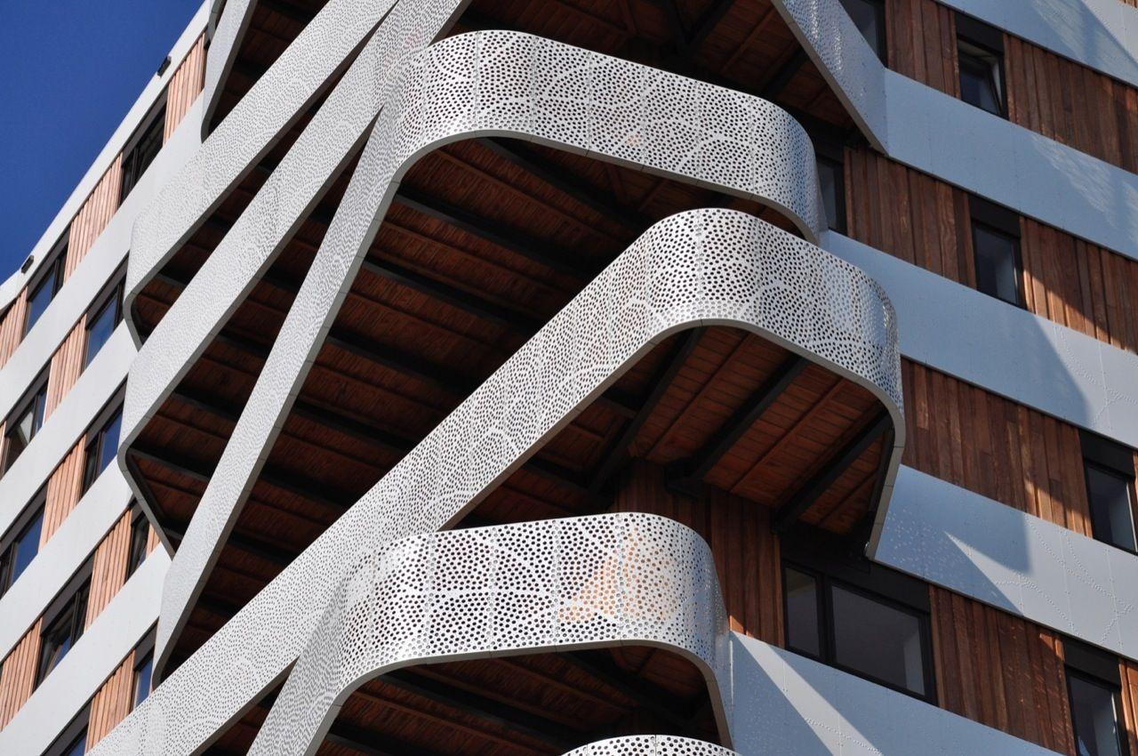 В нидерландах построили дом с кривыми балконами. фото.