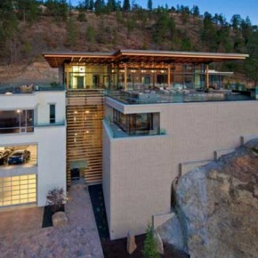 Kelowna House Massive Kelowna House Overlooking a Fantastic Scenery Picture 1