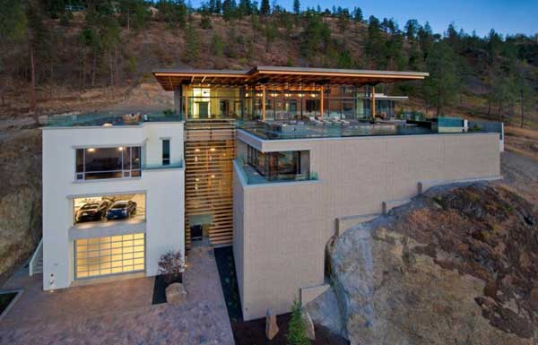 Overlooking Fantastic Scenery : Massive Kelowna House